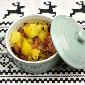Een eenvoudig maar heerlijk en leuk gerecht om te serveren met kerst. Dit mini pannetje met aardappel, spek en ui.