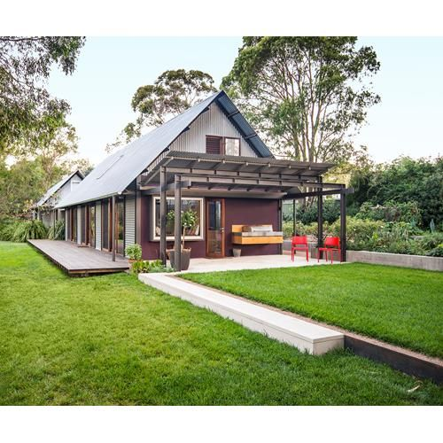 A light-filled, Glenn Murcutt-inspired house sits perfectly in its bushland setting in the Southern Highlands of NSW. Take a look around!