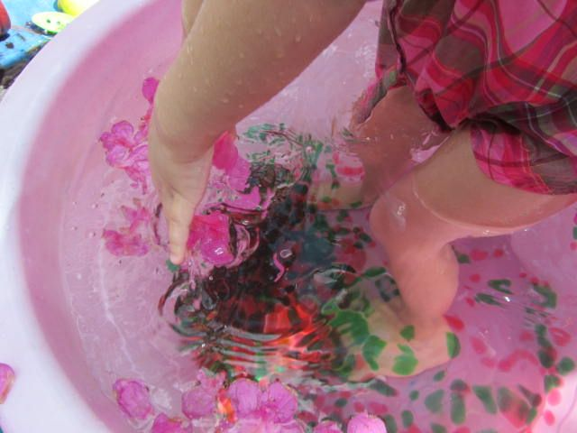 water beads and flowers sensory play, autism: Sensory Tubs, Water Tables, Big Tubs, Water Beads, Outdoor Plays, Sensory Plays, Smart Outdoor, Photo, Flower