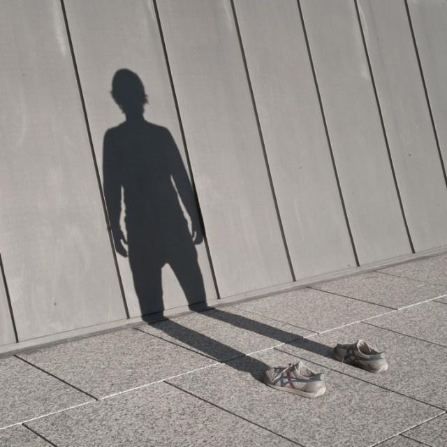 GEBROKEN SCHADUW: in de slagschaduw zit een knik doordat de ondergrond verschilt in richting (vloer horizontaal, muur verticaal)
