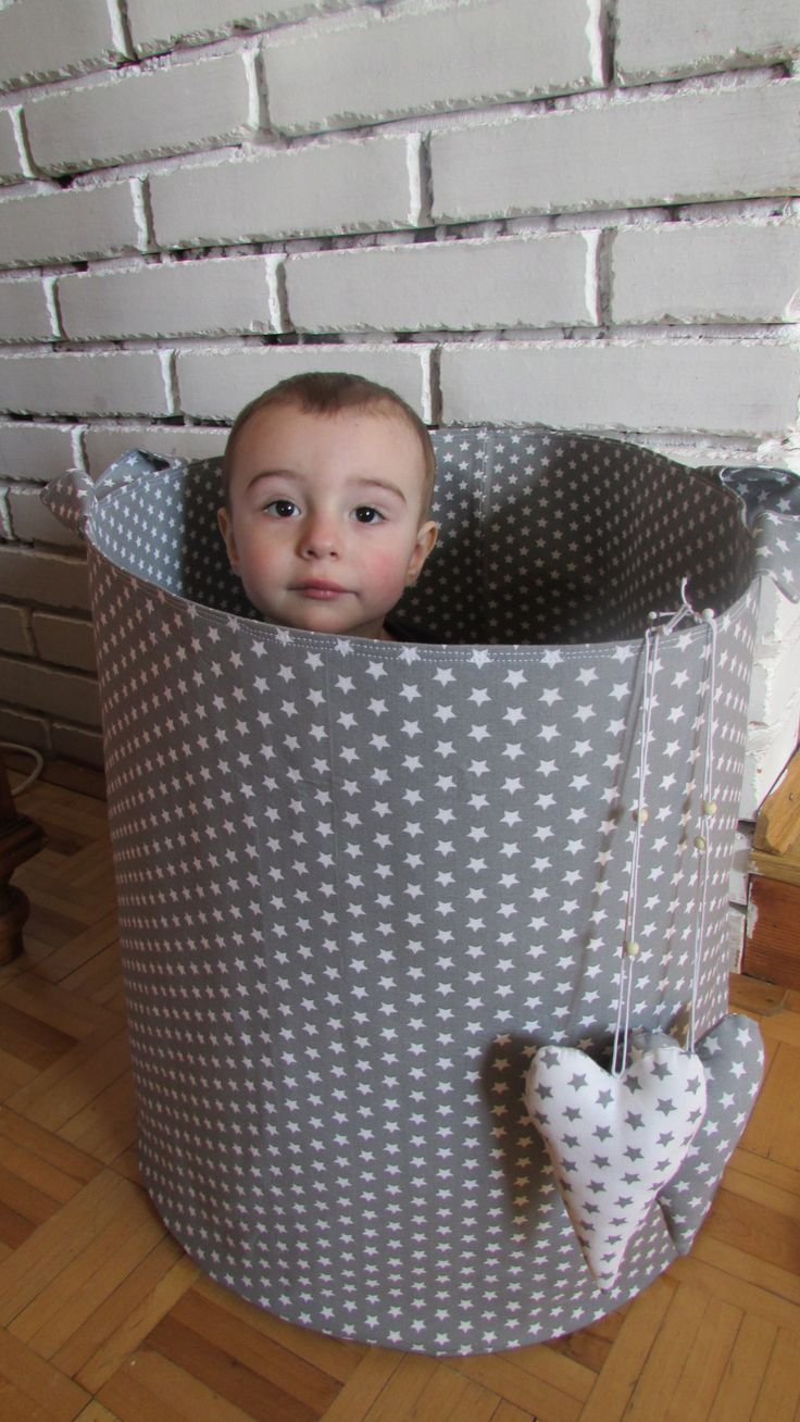 Koš No.8 Textilní koš na hračky, deky, polštáře....prostě na cokoliv :) Velikost 45*45cm dvojitě vyztužen, velmi pevný, pěkně drží tvar ušit z bavlněných látek české výroby lze prát na šetrný program, žehlit bez napařování Koš lze ušít i jiné velikosti. Momentálně mám v nabídce rozměry: 25*30cm za 279,- 30*35cm za 450,- 40*50cm za 780,-