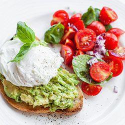 Bruschettona con avocado, uovo in camicia e insalata di pomodorini, cipolla e basilico