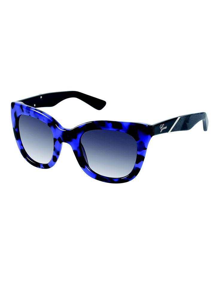 La montatura oversize e il moderno design in guscio di tartaruga  trasformano questo occhiale in un accessorio imperdibile per tutte le amanti del fashion