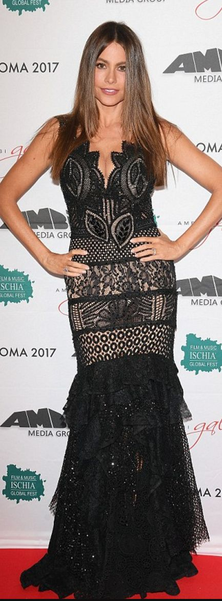 Who made  Sofía Vergara's black lace gown?