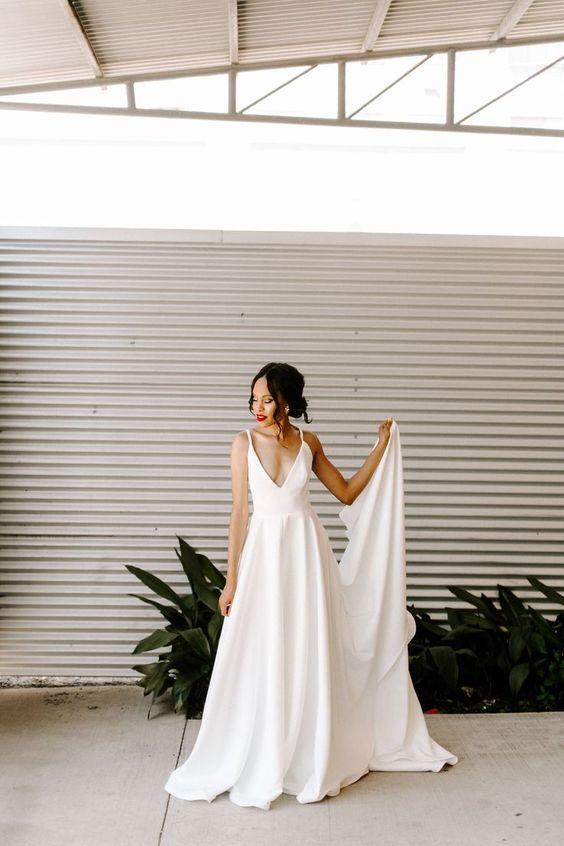 Noiva com pegada minimalista e batom vermelho | Vestidos de noiva minimalistas, Vestido de casamento minimalista, Vestido de casamento moderno