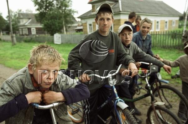 Деревенские ребята на велосипедах