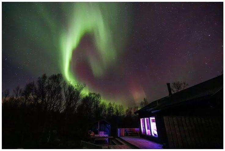 En liten dans over hytta. Aurora Borealis.