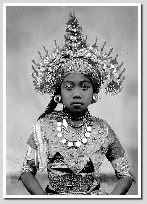 www,villabuddha.com  Bali Indonesie  Female Balinese dancer, ca. 1925, photographer unknown.