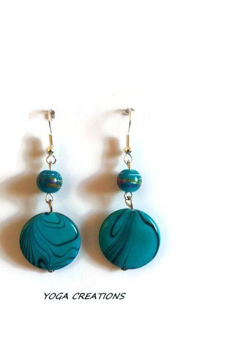 Boucles d'oreilles en perle de verre bleue avec traits multicolor et perle ronde plate nacrée bleue turquoise : Boucles d'oreille par yogacreations