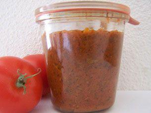 Deze tomatensaus wordt in de oven gemaakt voor de specifieke ovensmaak.