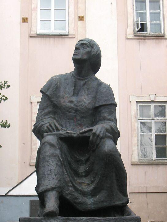 Pomnik Mikołaja Kopernika przed I LO im. Bolesława Chrobrego w Piotrkowie Trybunalskim.