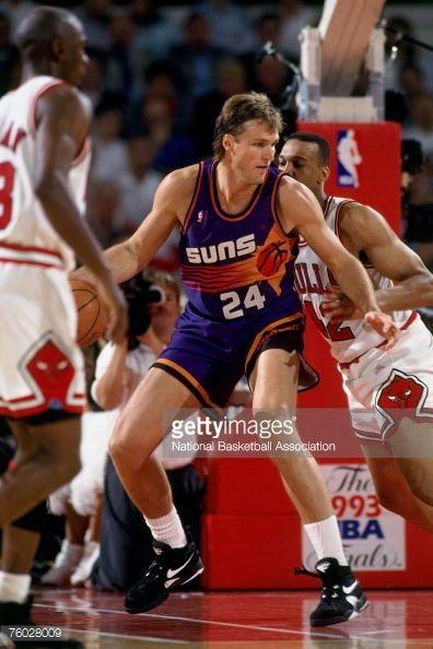 Fotografia de notícias : Tom Chambers of the Phoenix Suns posts up against...