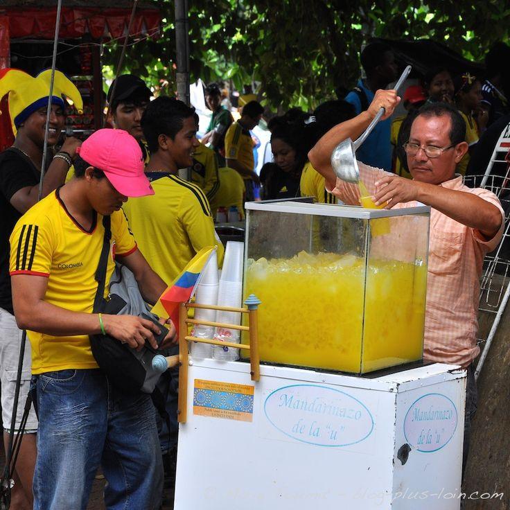 Vendeur de jus de fruit pendant le match Colombie - Côte d'Ivoire, à Carthagène, Colombie.