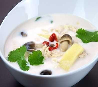 Le Tom Kha Kai est une délicieuse soupe thaïlandaise au goût très citronné mais pas acide, c'est une véritable explosion de saveurs.