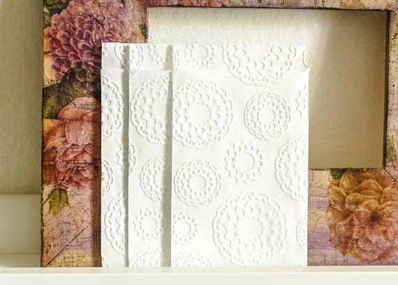 Pochettes, sachets cadeau papier blanc embossé rosaces pour mariage, baptême lot de 10 dim. 8,7cm x 13cm plus le rabat