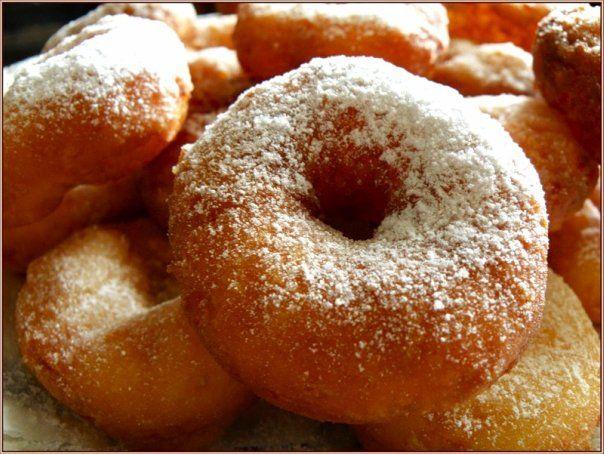 Пончики ГОСТ. Ингредиенты:- 265 г муки первого сорта (530гр для двойной нормы)- 8 г дрожжей прессованных (16 гр)- 2.5 г соли (5 гр)- 30 г сахара (60 гр)- 190 г воды (по ГОСТу, для российской муки, полож…