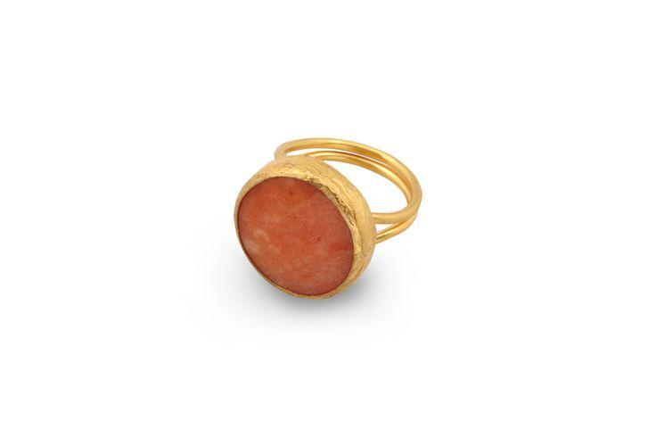 Δαχτυλίδι από επιχρυσωμένο μπρούντζο και ημιπολύτιμη ροζ  πέτρα.