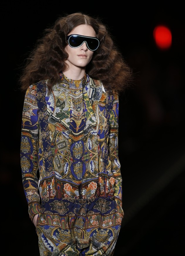 Het defilé van Just Cavalli op de Milan Fashion Week werd onderbroken door een activiste van Greenpeace die op het podium kroop om te protesteren tegen de werkwijze van het label en het gebruik van dierlijke materiaal.     Na dit incident keerde de rust weer neer over de catwalk en toonde ontwerper Roberto Cavalli een kleurrijke collectie met eclectische prints. #MFW