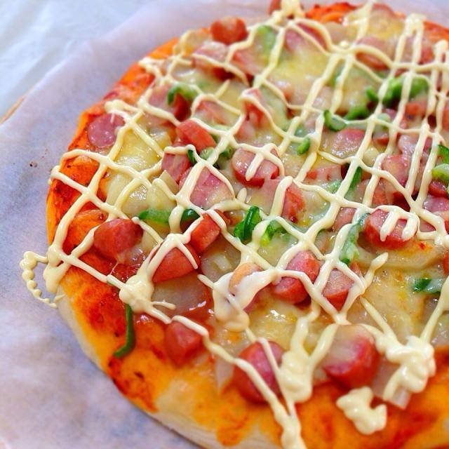 手作りピザシリーズ。今回はふかふかのパンクラストを作り、ポテトとピーマン、たっぷりのウィンナーをトッピングしてカントリー風に( ^ω^ ) マヨネーズがポイントです - 30件のもぐもぐ - ウィンナーとポテトのピザ by micciewaori