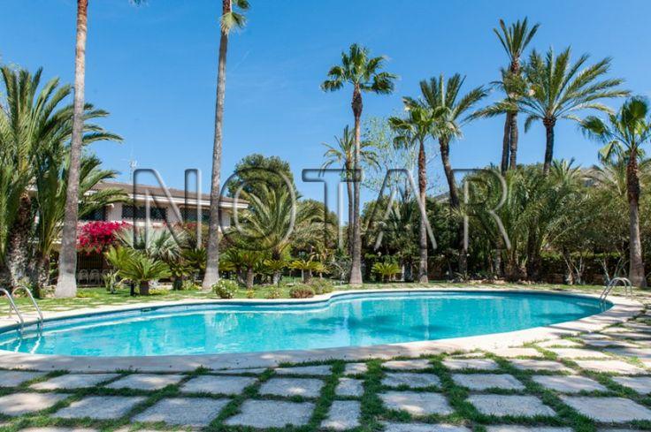 eksklusiv villa til salgs i albir. eiendommen er dekorert i arabisk stil. boligen har romslige rom og hage med fruktrær (sitroner, mandariner, pærer, osv). det er tennis- og basketbane på tomten. boligen har en fantastisk panorama utskt. det er også eget 2-roms gjestehus på en tomt på 2200m2. den kan kjøpes i tillegg for €150.000. finn-kode: 49605571