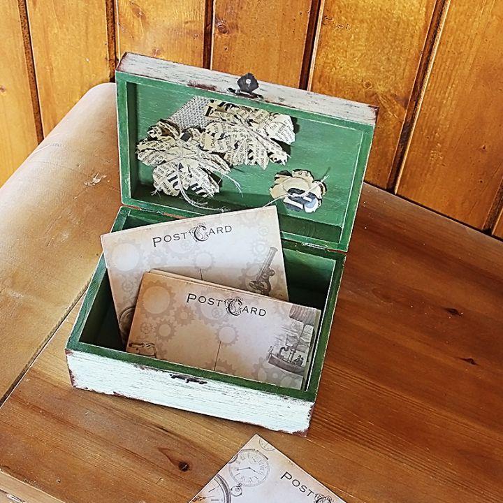 Casetta Passero    Deschide Casetta Passero doar pentru cine simți. Sau păstreaz-o doar pentru tine.     Realizată din lemn pictat manual și imprimat prin decoupage, Casetta Passero îți întâmpină poveștile cu flori handmade ascunse în interior.