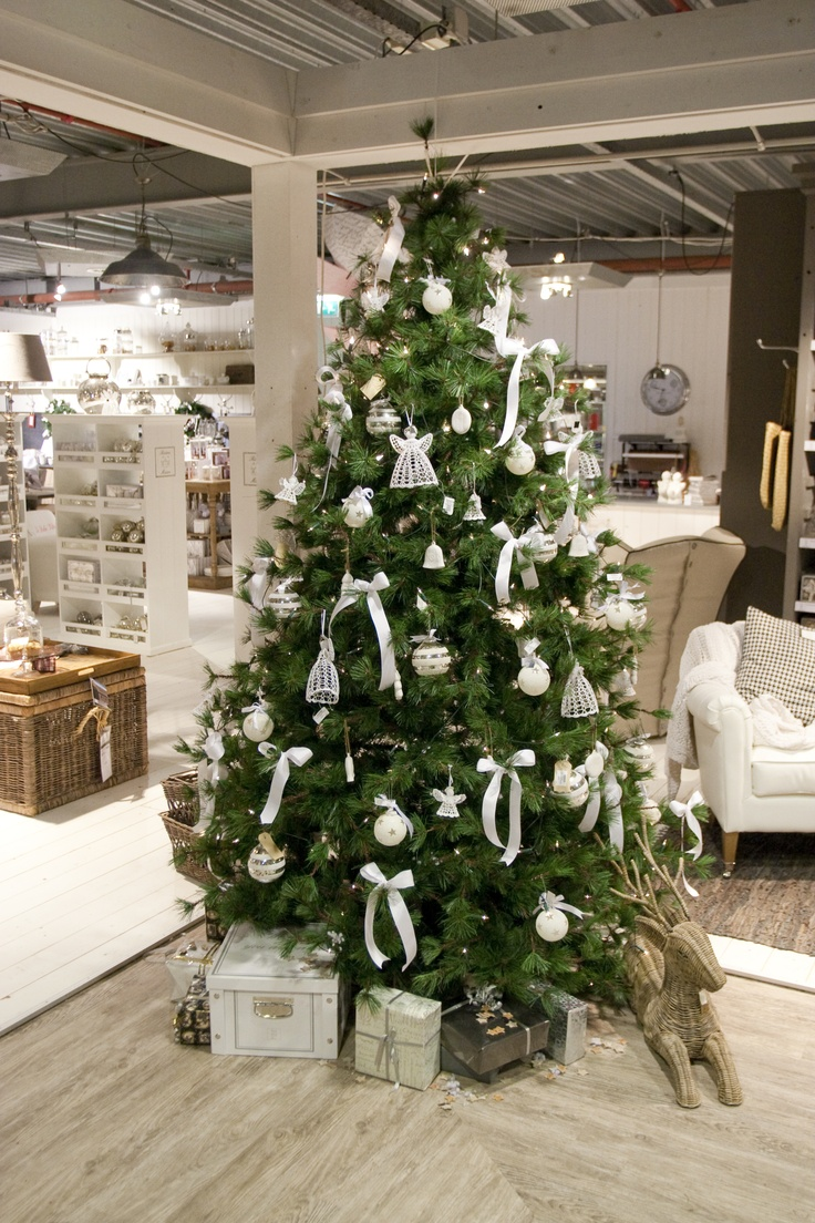 Kerstboom in neutrale kleuren en prachtige gehaakte engelen.