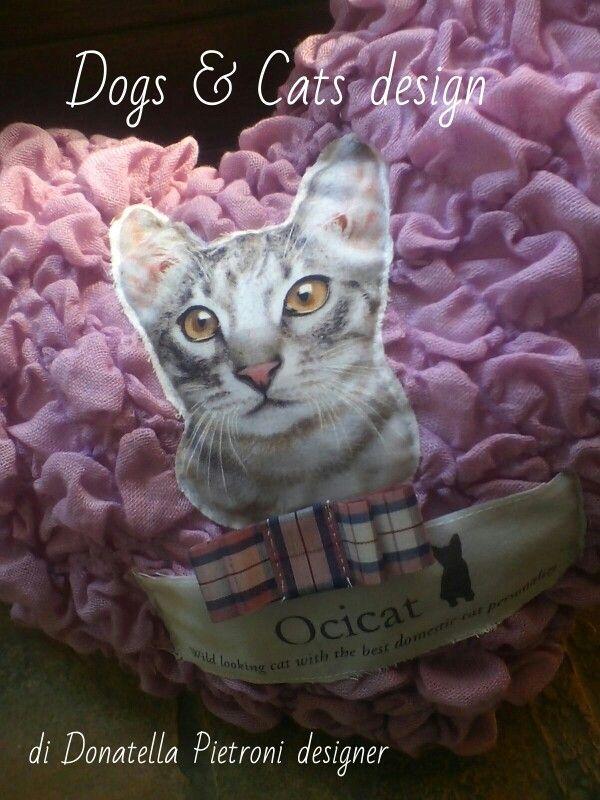 1426 - Particolare del cuscino. Pezzo unico. Dogs & Cats design di Donatella Pietroni designer