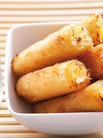 Το γνωστό μας «υποβρύχιο» μαζί με αμύγδαλα τυλίγεται μέσα σε φύλλα κρούστας και γίνεται ένα υπέροχο γλυκό, όλο γεύση και άρωμα. Μερίδες:για περίπου 50 κομμάτια Χρόνος προετοιμασίας:40′ Χρόνος μαγειρέματος:35′ Έτοιμο σε:1:15′  Υλικά 1 πακέτο φύλλα κρούστας βούτυρο φρέσκο, λιωμένο ζάχαρη άχνη ανθόνερο Για τη γέμιση 240γρ. γλυκό «υποβρύχιο» με άρωμα μαστίχας ½ κουτ. γλυκού …
