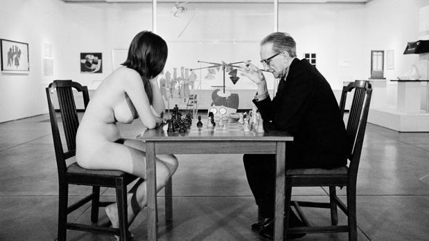 """A+barcelonai+Miro+Alapítványban+január+22-ig+volt+látható+A+játszma+vége:+Duchamp,+a+sakk+és+az+avantgárd+című+kiállítás. A+tárlat+igazolta+azt+a+megállapítást,+amely+New+York+állam+sakkszövetségének+ülésén+hangzott+el,+miszerint+""""lehet,+hogy+nem+minden+művész+sakkozó,…"""