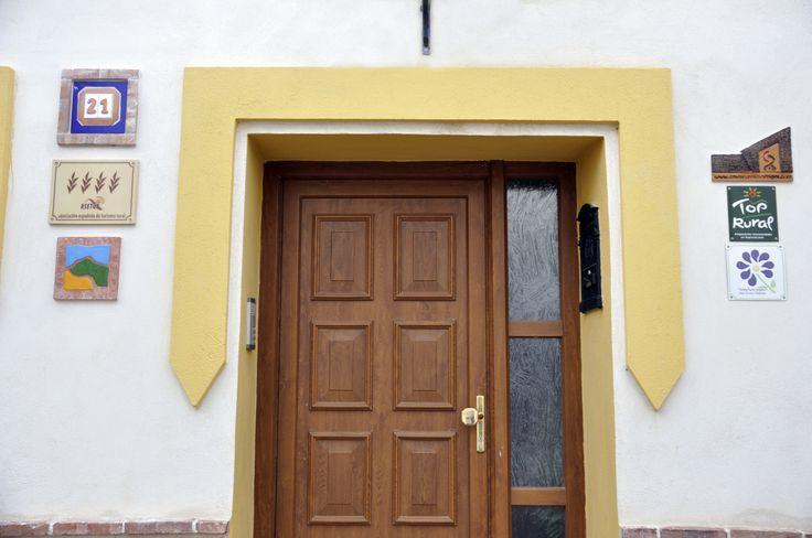 Puerta principal de la casa rural Ravalet 21