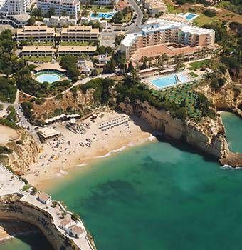 """O centro urbano de Armação de Pêra é uma das maiores praias de areia do Algarve. O areal estende-se junto à costa, onde se multiplicam cafés com esplanada, lojas, restaurantes e um passeio pedonal. A leste da praia e relembrando a tradição piscatória de Armação de Pêra, o areal encontra-se ocupado por coloridas embarcações de pesca. O nome da praia advém de ser este o local onde os pescadores da povoação de Pêra montavam a """"armação"""" (aparelho de pesca), que era a base da sua subsistência."""