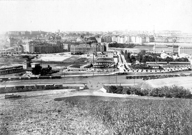 Pohled na Vršovice z vrchu Bohdalec v roce 1927. Uprostřed je vidět bývalý hřbitov v prostoru dnešního Čechova náměstí, na jehož místě bude ...