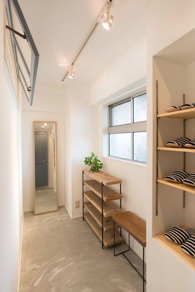 Kamikomachi House、マンションリノベーション事例。土間のあるヴィンテージマンション。さいたま市大宮区にあるヴィンテージマンションの1室をフルリノベーション。 2DKの間取りをスケルトンにし、広いLDKと土間を設けたエントランスと水回りを配置しました。空間を緩くつなげるアイアンの室内窓で開放的なLDKとしています。