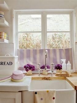 kitchen schöne gardine für die Küche. Gardinen sind gestreift und dazu als toller Kontrast das gepunktete Geschirrtuch, allerdins in lilatönen gehalten-sonst wirkts zu chaotisch