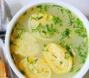 Куриный суп с сырными рулетиками. Куриный бульон - по вкусу, картофель - 4 шт., морковь - 1 шт., луковица - 1 шт., зелень - по вкусу, плавленный сырок - 100 гр., яйцо - 1 шт., мука - 100-140 гр., соль - по вкусу.