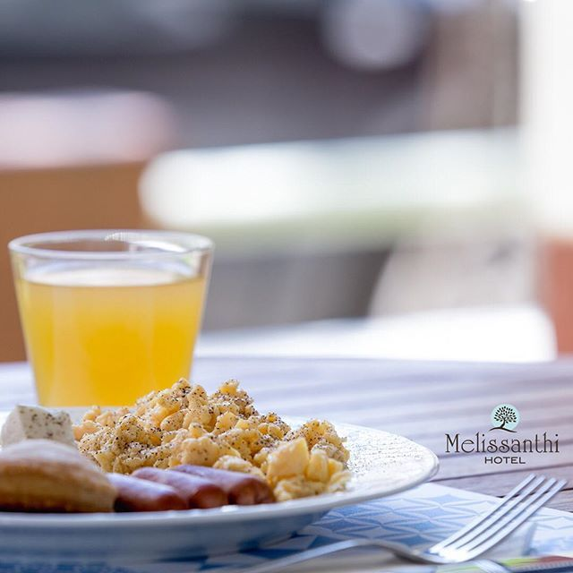 """Scrambled eggs and mini sausages, somewhat english of origin, are served along with feta cheese and some mini cheese pies, to make the perfect english-greek combination for your breakfast! Our breakfast buffet has everything!  .🇬🇷:  Τα αυγά με τα λουκάνικα σας φαίνονται πολύ """"αγγλικά"""", μήπως; Η φέτα, μαζί με τα τυροπιτάκια για συνοδευτικό τα επαναφέρει στο ελληνικό τους πλαίσιο και τα κάνει ταυτόχρονα αρκούντως διεθνή! Ο πρωινός μας μπουφές τα έχει όλα!"""