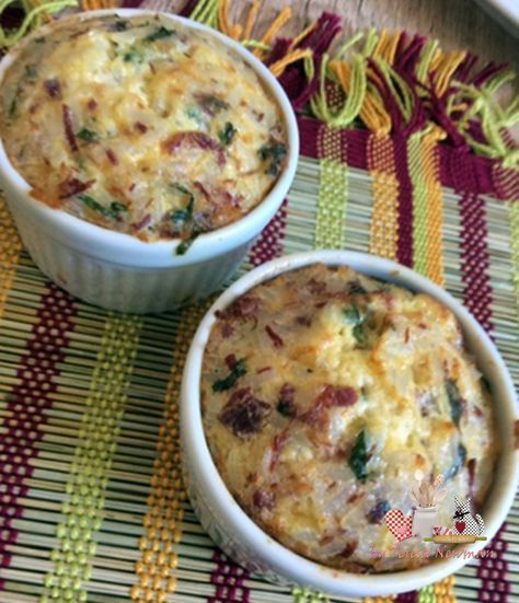 Bolinho de arroz de forno I Ingredientes: 01 Xícara de arroz cozido 01 Ovo 01 Colher de (sopa) de azeite 01 colher de (sopa) de amido de milho (maisena) Queijo parmesão ralado a gosto (coloquei aproximadamente 01 colher de (sopa) bem cheia do queijo parmesão ralado em casa). 02 Colheres de (sopa) de leite, pode substituir por creme de leite ou iogurte natural. Coentro ou salsinha picada Sal a gosto Carne seca, dessalgada e desfiada, ou outro recheio a gosto.
