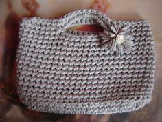 J'ai enfin pris le temps de finir le tuto du sac porté main que je vous avais montré sur le site ! Sac LOLA Ce sac peut se décliner du petit sac de pépette au grand cabas, il suffit de diminuer ou d'augmenter le nombre de mailles dans la chainette de...