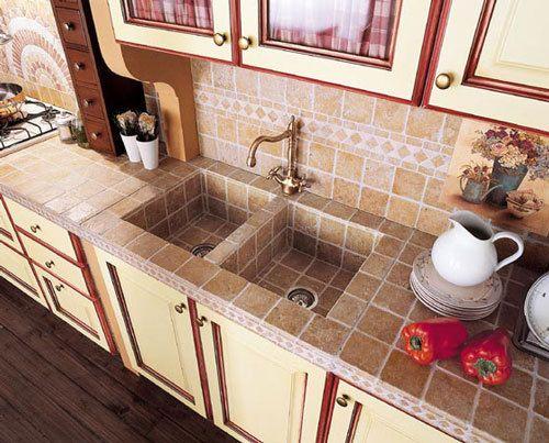 ジブリ風? 木、タイル、レンガを使った温かい雰囲気のキッチン