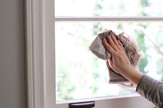 Nettoyer les vitre avec du papier journal