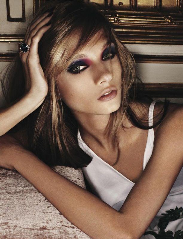 Gli smokey eyes sono per le dark ladies! Per sdrammatizzarli e renderli attuali perfetto l'abbinamento con un ombretto colorato.