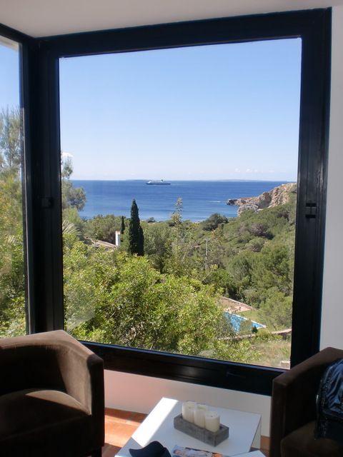 No es un cuadro. Es la ventana de esta casa en #Ibiza Disponible para un intercambio de casa en vacaciones