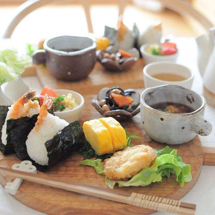 2016.2.20*おうちランチ。 病み上がりさんがいるので おうちでのんびりの我が家です。 ・ ・ 名古屋名物、天むすランチ。 海老の天ぷら揚げて 甘辛いたれにつけておむすびに♩ ・ ・ 少しずついろんなものを のっけると子供達は嫌いなものも 食べてくれて❤︎ ・ ・
