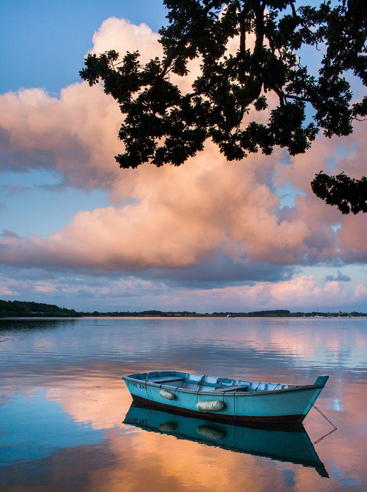 Une plate, barque de pêche traditionnelle du Golfe du Morbihan amarrée devant la presqu'île de Conleau à #Vannes.