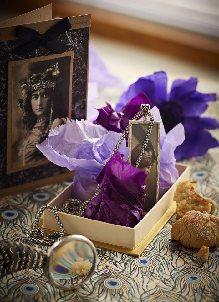 Amarettikeksit. Italialaiset amarettikeksit ovat loistava esimerkki siitä, miten muutamalla harkitulla raaka-aineella saa äärettömän hivelevät ja herkulliset leivonnaiset. Valkuaisista, tomusokerista ja mantelijauhoista syntyy taianomainen seos. Mausteeksi lisätään tilkka mantelilikööriä. Halutessaan mantelin makua voi voimistaa vielä karvasmanteliaromilla.