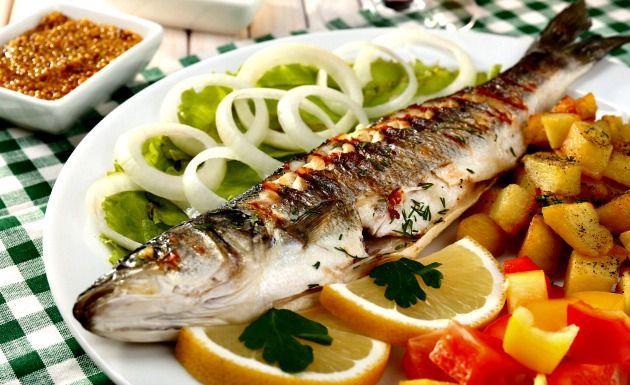 O peixe frito e o assado precisam ser temperados de modos diferentes, confira duas receitas de tempero para peixe que são simples de fazer e levam poucos ingredientes em seu preparo. Leia também Como congelar peixe Receita de isca de peixe crocante Filé de peixe ao molho de camarã