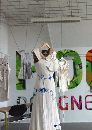 Opgave på Højer Design Efterskole år 2010/2011 Måsenmalet kjole som er dyppet i papmache.