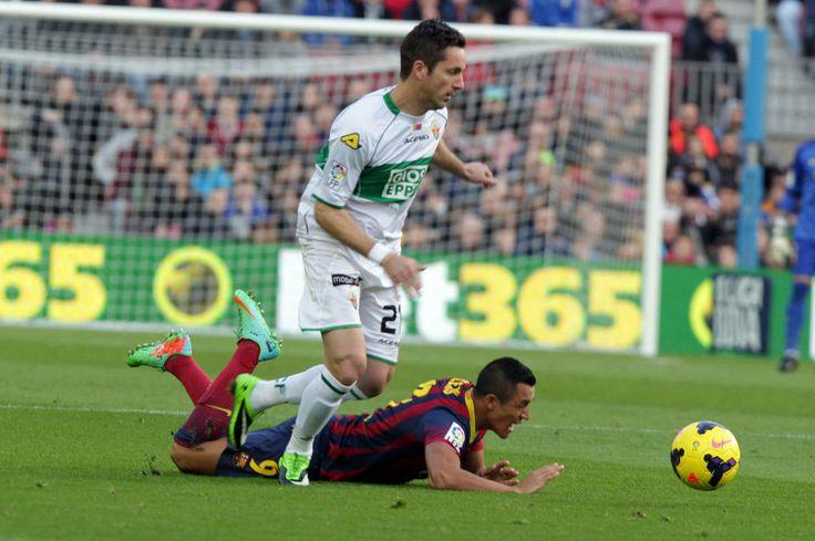 Edu Albacar va a por el balón con Alexis en el suelo