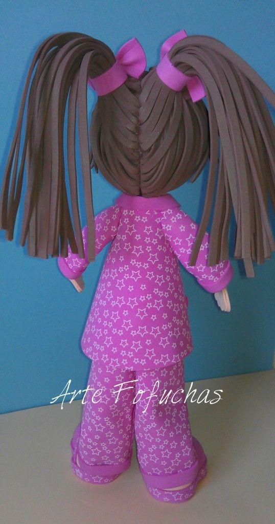 niña con pijama rosa. Detalle de peinado