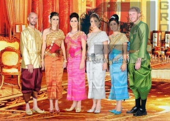 Традиционная тайская одежда http://Thai-sale.com  Тайланд, так же как и Россию, населяют различные народы и племена, у которых с древних времён сформировались свои собственные традиции, обычаи и стиль одежды. Но, будь это тайцы, или различные языковые группы, например, кхмеры, куи, моны, все они используют два типа одежды, повседневная и праздничная. Все эти народы в пошиве традиционной одежды используют шёлк и хлопчатобумажную ткань, которые идеально подходят для влажного жаркого климата…